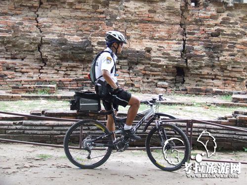 泰国骑自行车的警察